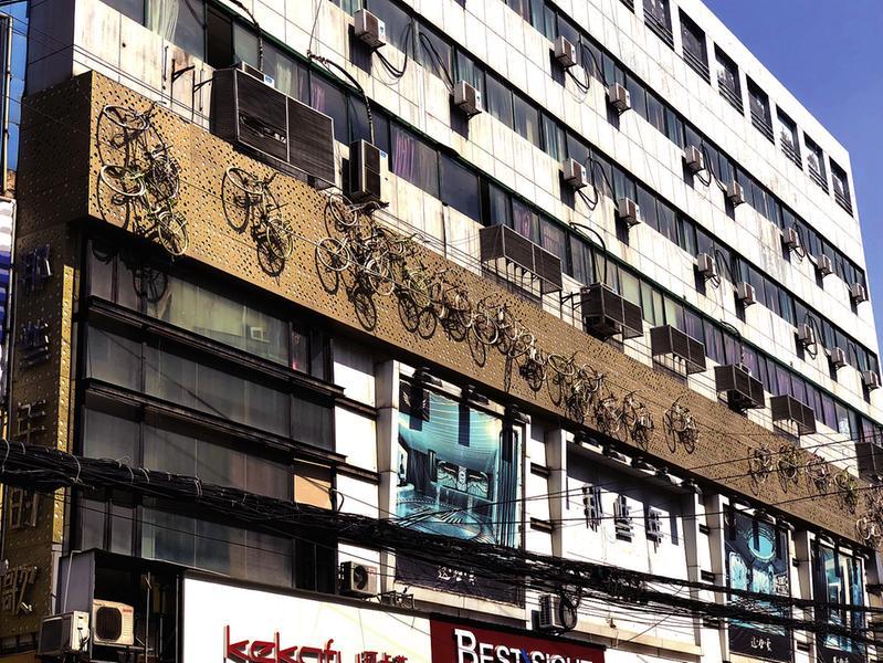 大楼外墙面挂38辆自行车 西安市民:有安全隐患