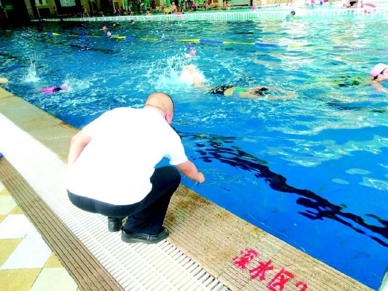 游泳池里总有股消毒水味对身体有影响吗?