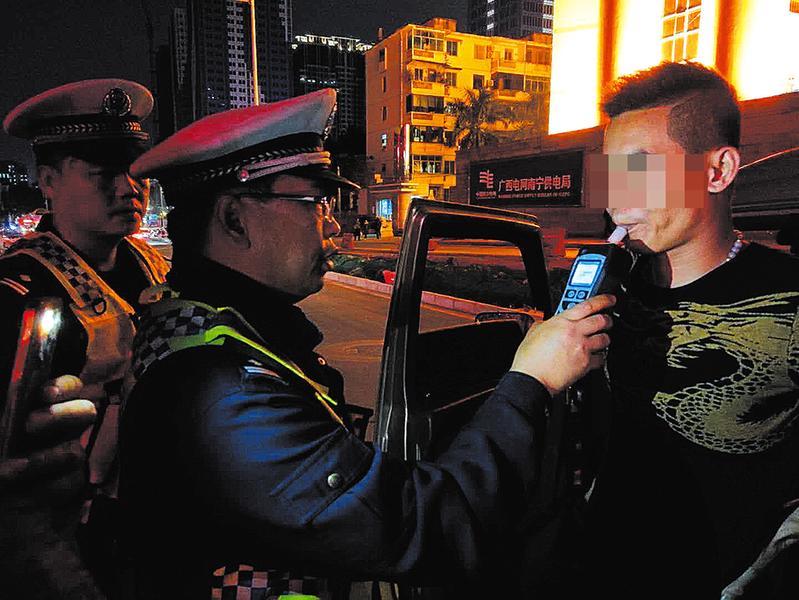 南宁市公安局交警支队五大队民警廖庆东追悼会举行