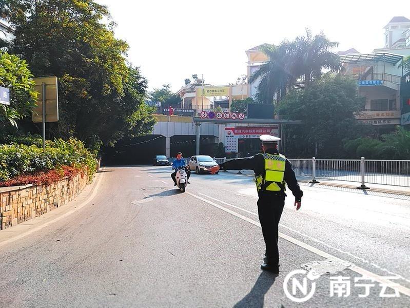 一辆电动自行车刚从隧道驶出,交警上前依法拦停  记者周志英摄