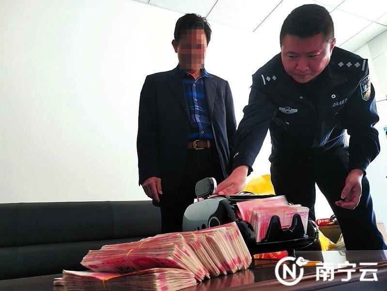 民警为何先生清点现金  记者潘国武 摄