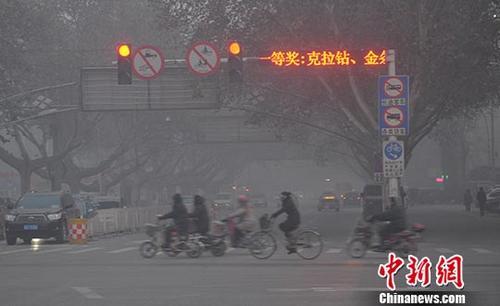 资料图:河北省邯郸市遭空气污染,被雾霾笼罩。 中新社发 郝群英 摄