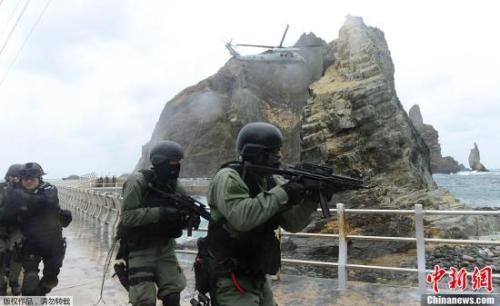 材料图:韩国正在韩日争议岛屿周边海疆举办结合防备军演。