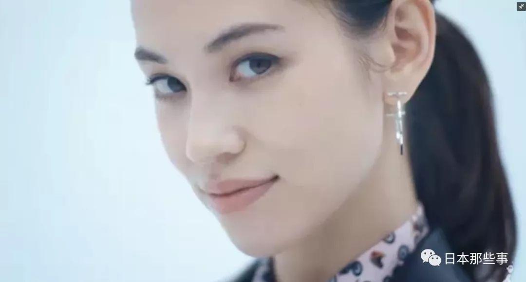北村匠海饰演新秀律师朝飞光太郎。
