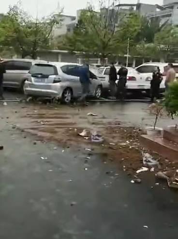 今天上午,在永州蓝山县交警大队停车区内发生一起交通事故