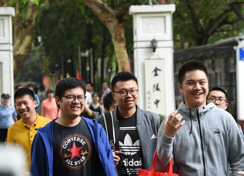 资料图片:6月9日,在南京金陵中学考点,考生考试结束后走出考场。新华社记者 孙参 摄