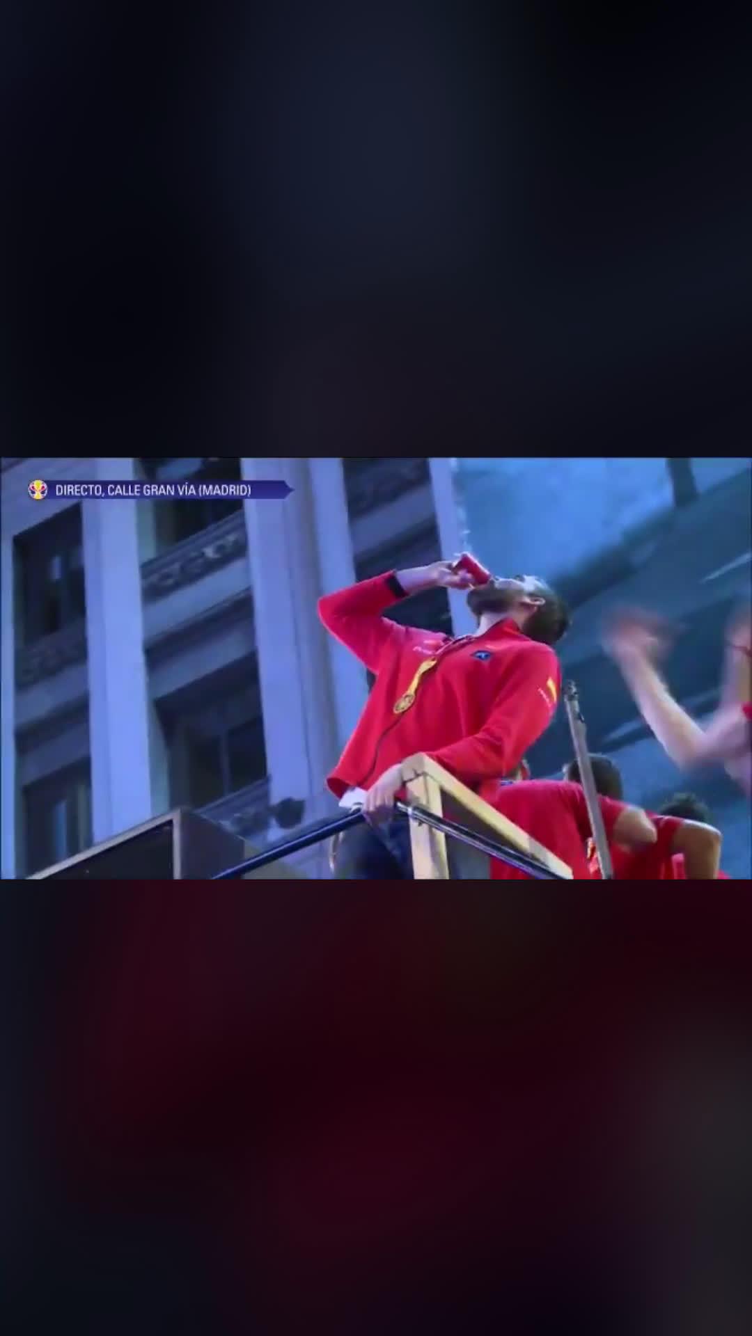 西班牙夺冠庆祝游行,小加也是肉眼可见的开心了