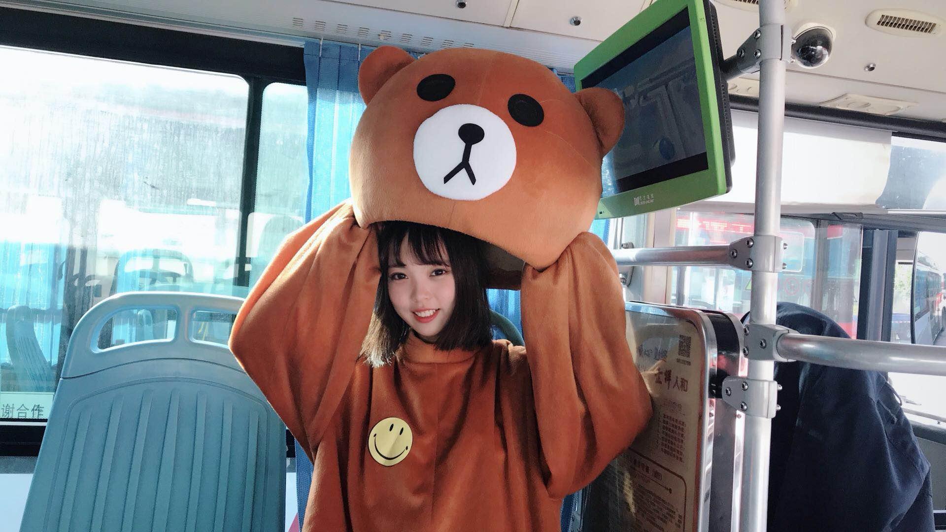 频】世界v世界日,网红熊上公交邀你一起笑大全的搞笑图片爪鸡图片