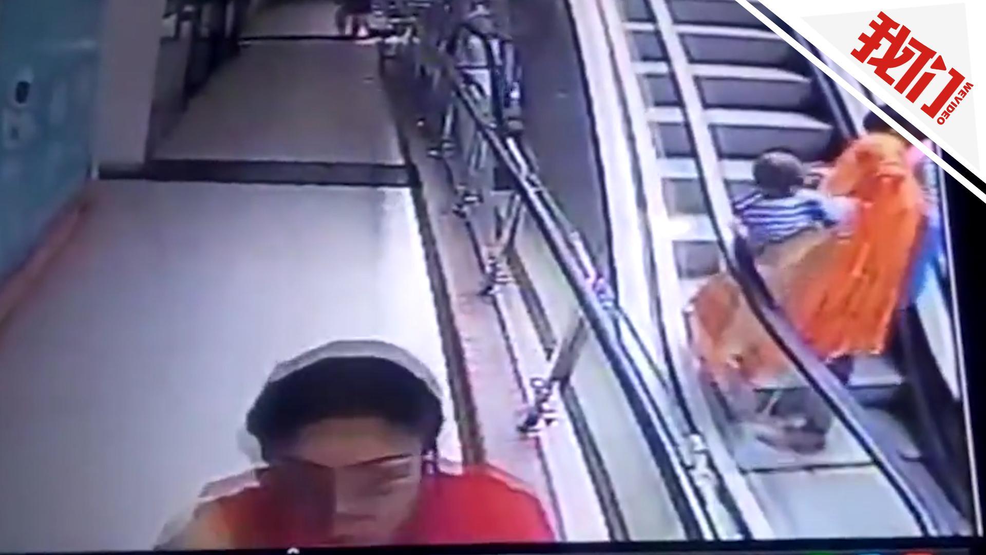 印度父母电梯上忙自拍 怀中女婴不慎摔下三楼死