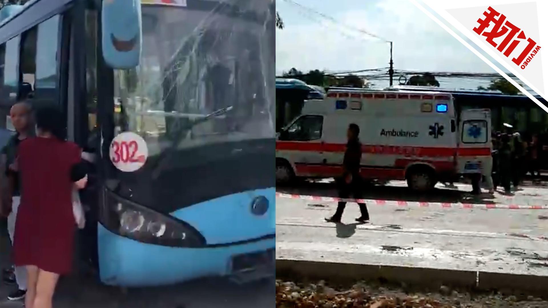 公交公司通报显示,事故致1名驾驶员送医抢救无效死亡.