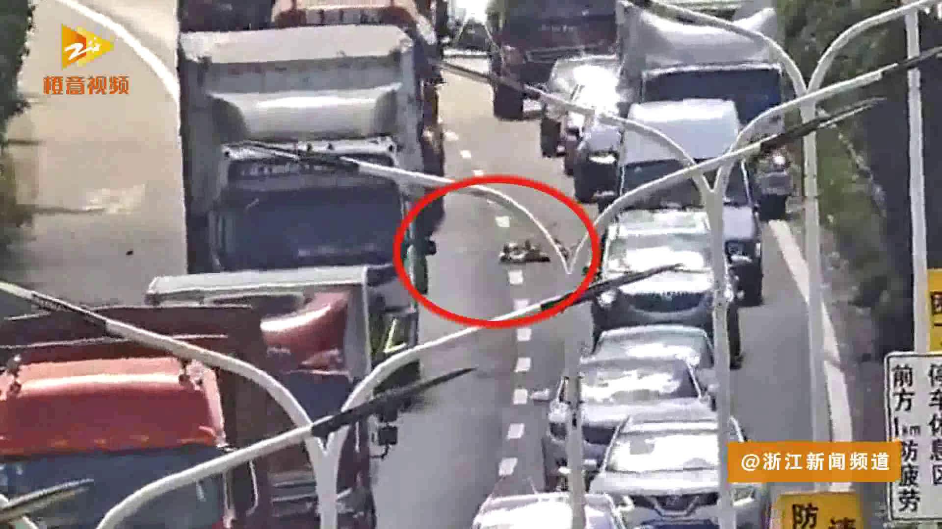 危险重重!高速上出现一堆钢管 他们帮交警一起清理