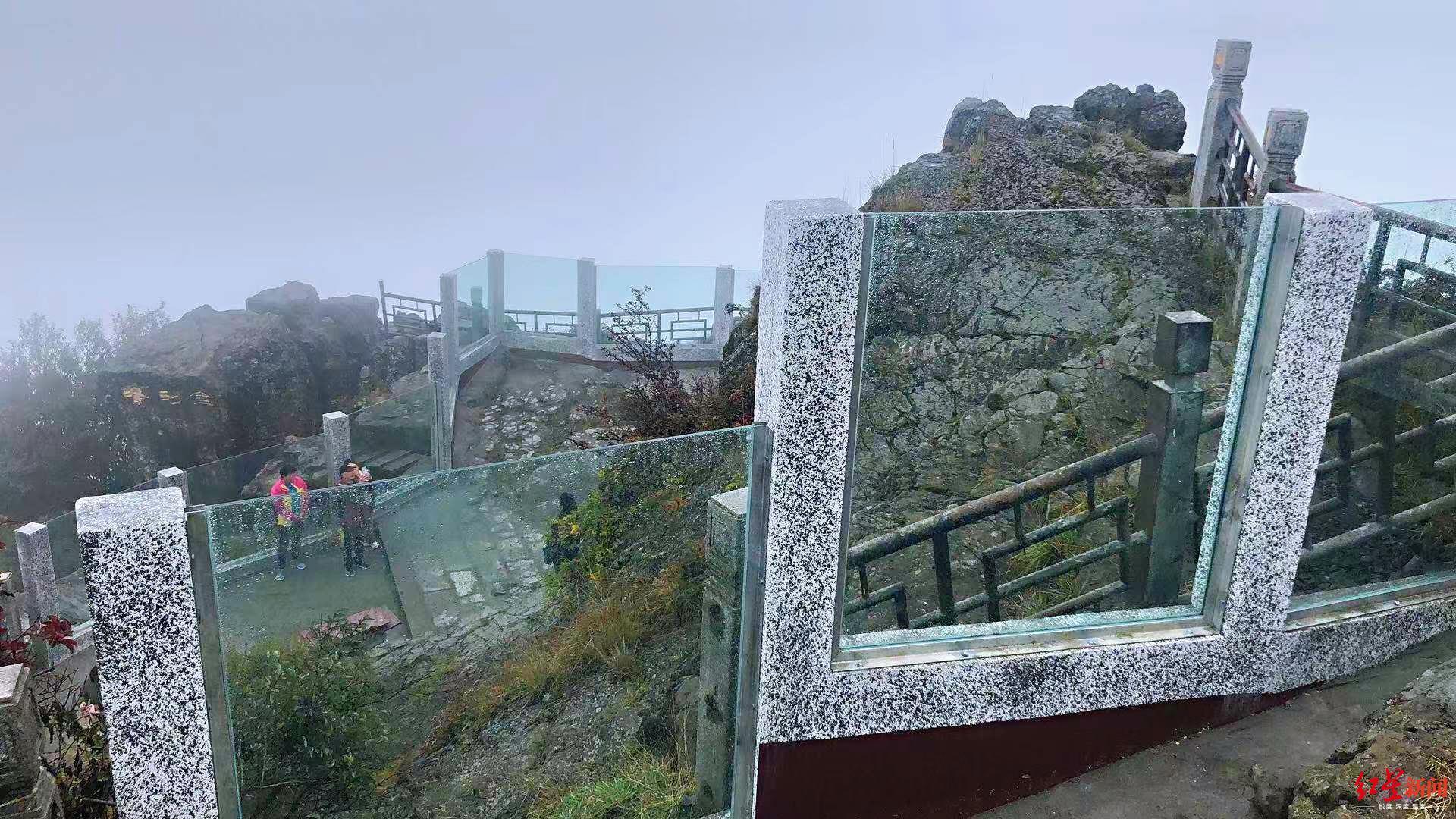 峨眉山金顶舍身崖建起玻璃墙  景区回应:保障安全防止轻生