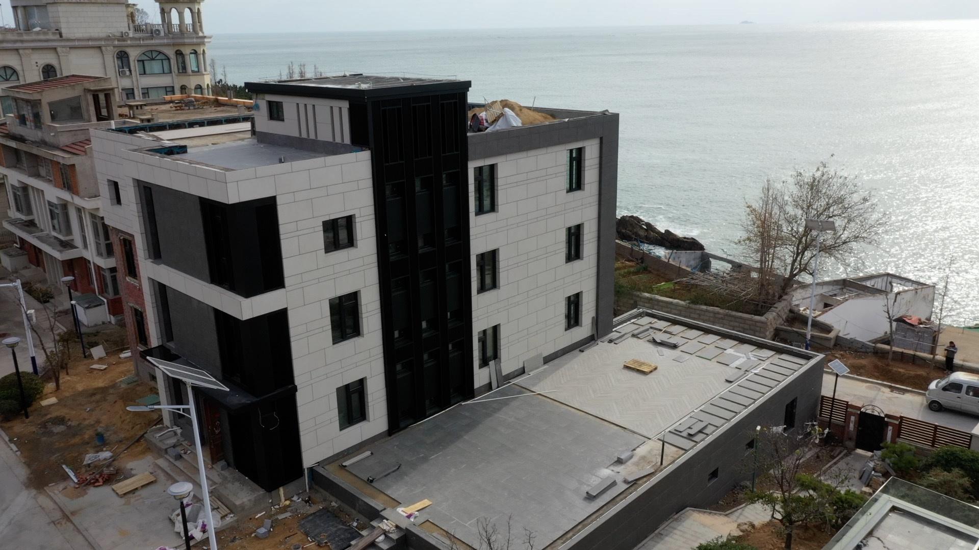 涉事违规扩建的别墅,房产证表现面积为219平方米。目前凭证崂山区归纳行政法律局测绘,其地上面积为730平方米。新京报记者 齐超 摄