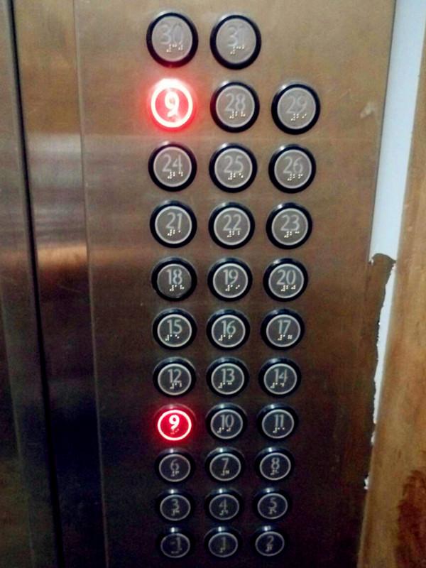 小区电梯闹乌龙 同一电控板标有两个9层