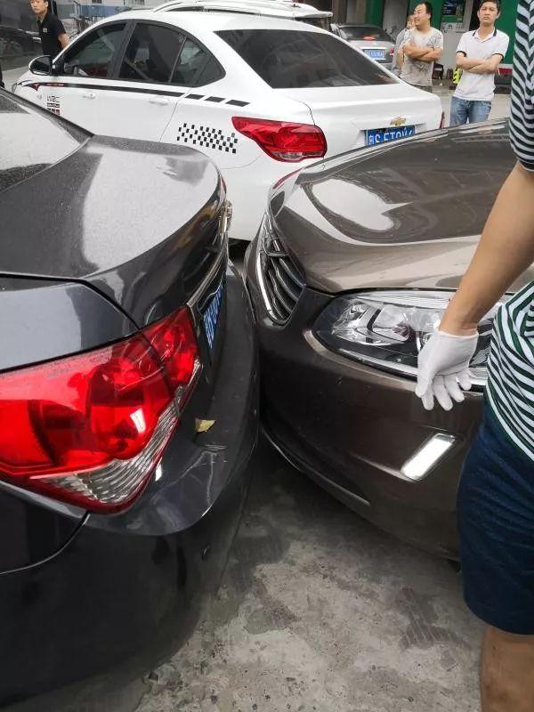 """宝安上演警匪""""大片"""":毒贩驾车撞警车 民警负伤抓捕"""