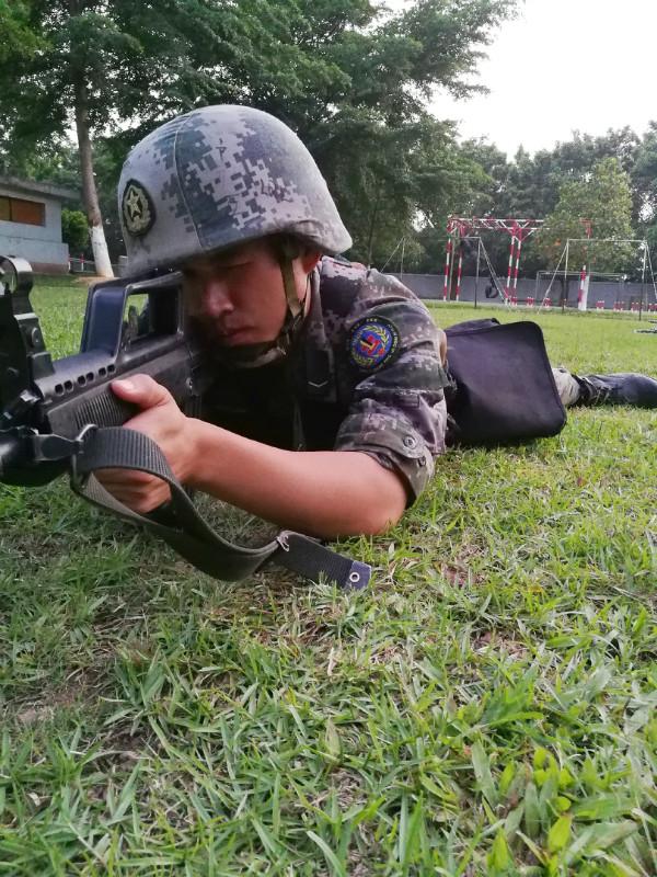 卢覃梁正苦练军事技能。图片来源:作者供图