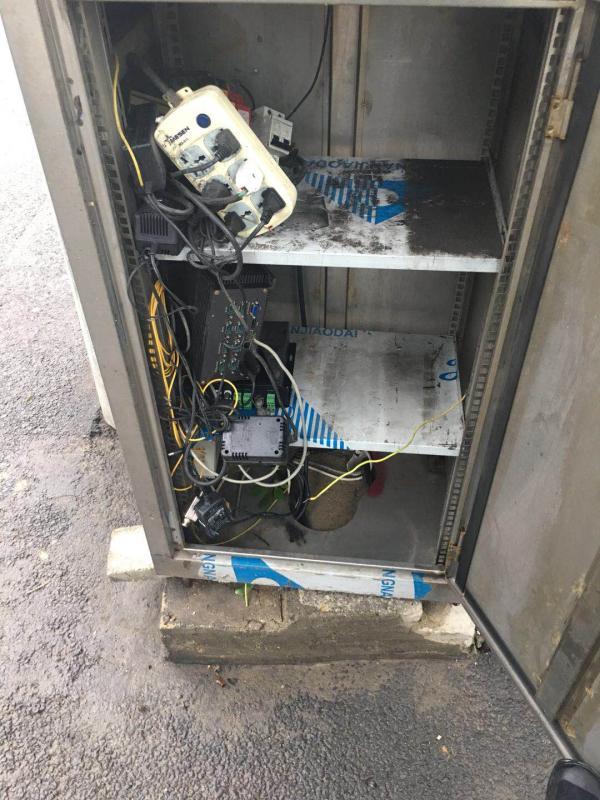 长先生称在事故现场红绿灯附近发现一处设备,设备内部有六孔插线板和各种电线。