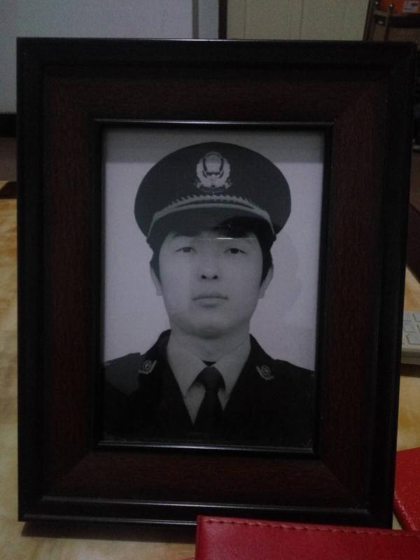 重庆时时彩app安卓系统:在逃人员小区内砍杀狱警_一审判死缓后重审判死刑
