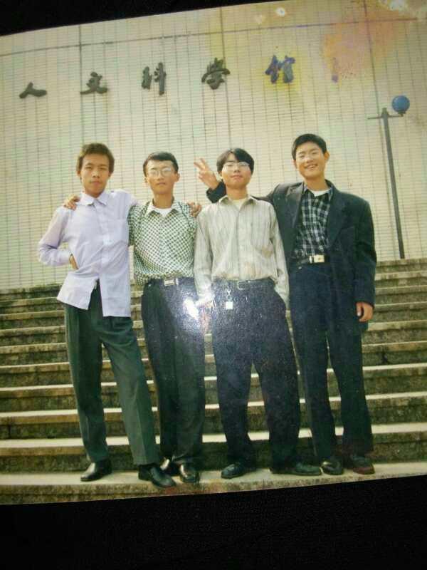 黄坚(左一)和同学合影