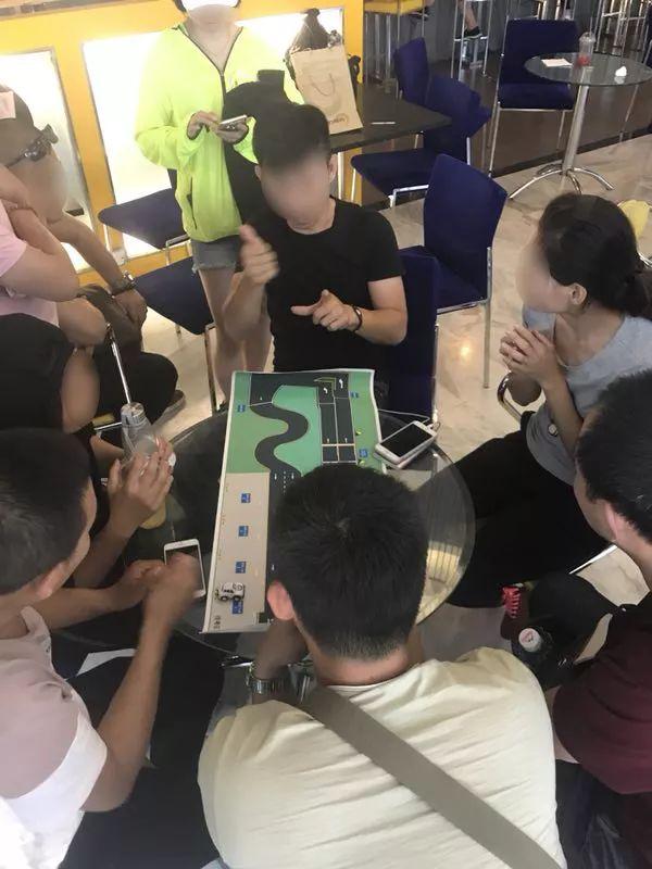 北京的一所驾校里,听障学员在交流驾驶技术