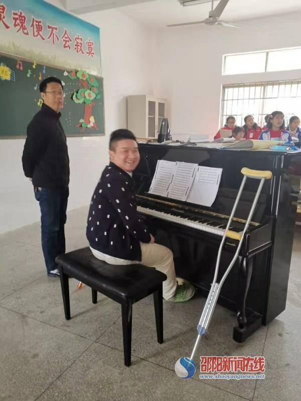 隆回县九龙学校教师拄着双拐参加合唱排练