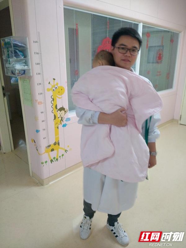 医者仁心丨抱了一夜 湘雅医院男医师的疼爱让孩子安睡了一整晚