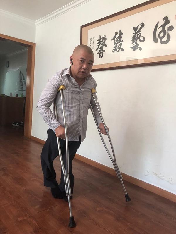 在家中,郭兵更多利用双拐支撑行走。
