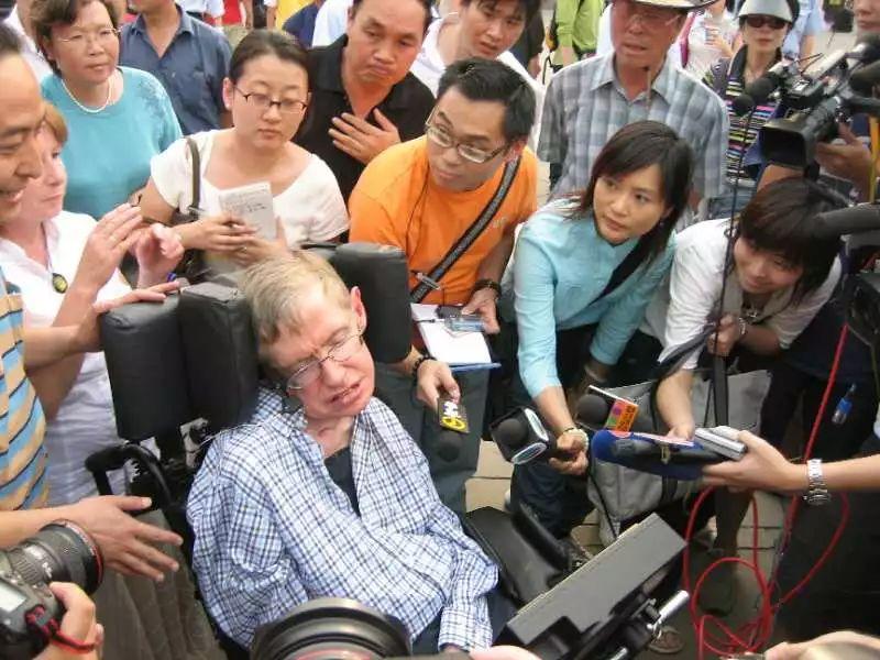2006年,霍金访华,在天坛参观时被媒体包围。图/受访者提供