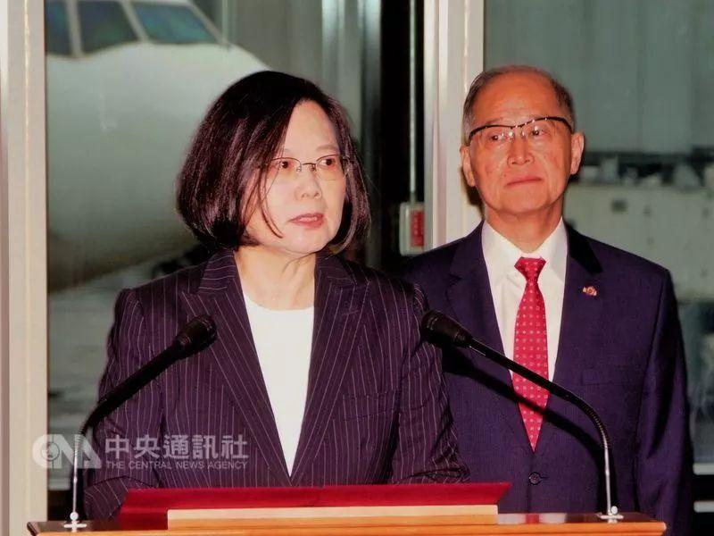 """▲蔡英文17日出访斯威士兰前在机场发表简短讲话。(台湾""""中央社"""")"""