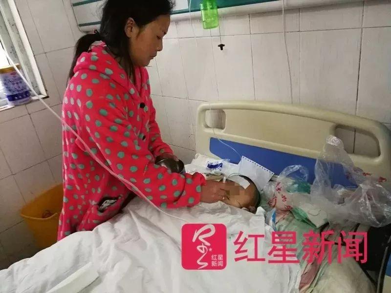 ▲4月份在医院时的雅雅和妈妈��楣�。图片来源红星新闻