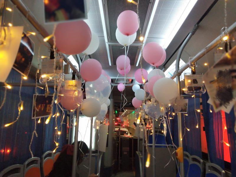 包一辆公交车贴满女友照片,这么浪漫的求婚当然成功了