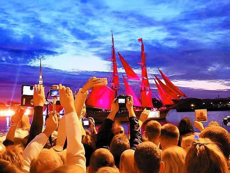 世界杯遇到了红帆节,涅瓦河畔小花小鲜肉一大堆…
