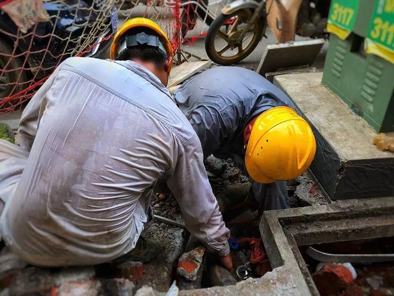 ▲7月26日,湖南岳阳汨罗市供电公司员工在10千伏汨城Ⅲ回更换电缆接头。