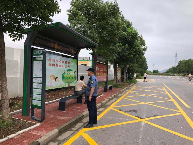 公交站台集中改造,市民等车时可以遮阳