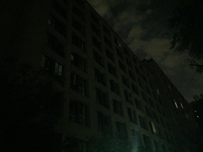 晚上9点左右的公租房,灯火稀疏