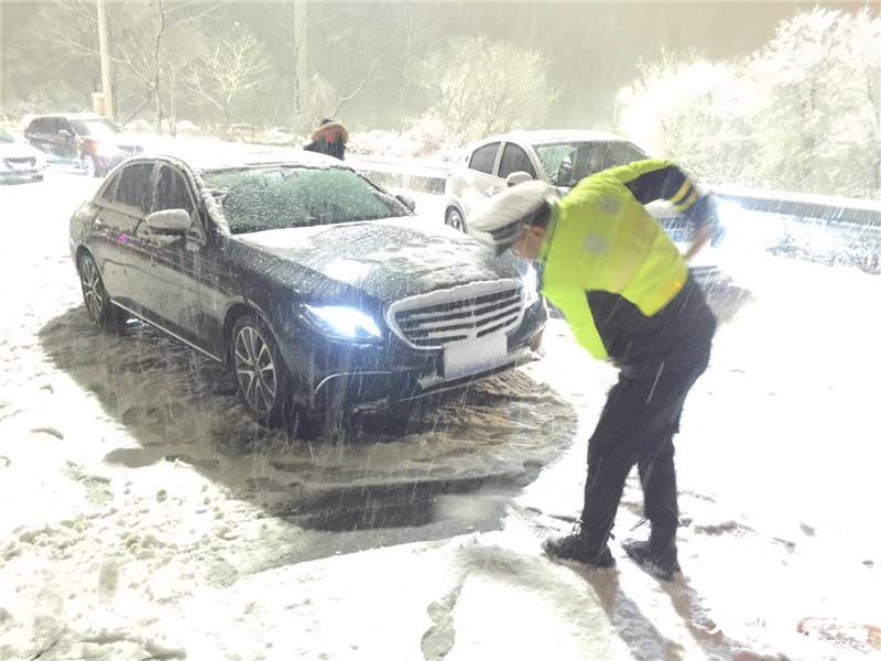 恶劣天气日均万余警力在岗在位保障江苏省道路
