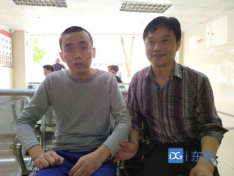 【东莞正能量】东莞社工助流浪16年小伙与家人团聚