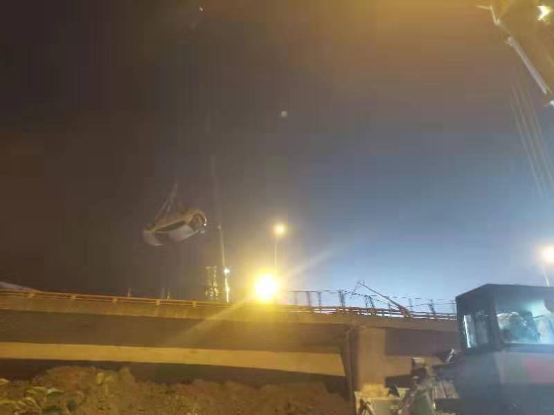 救援现场,一辆被困轿车被吊起。新京报记者 康佳 摄