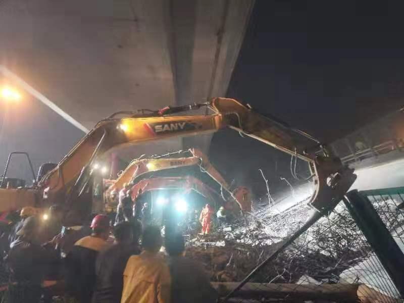 今日凌晨、数台挖掘机对侧翻桥体破拆。 新京报记者 康佳 摄