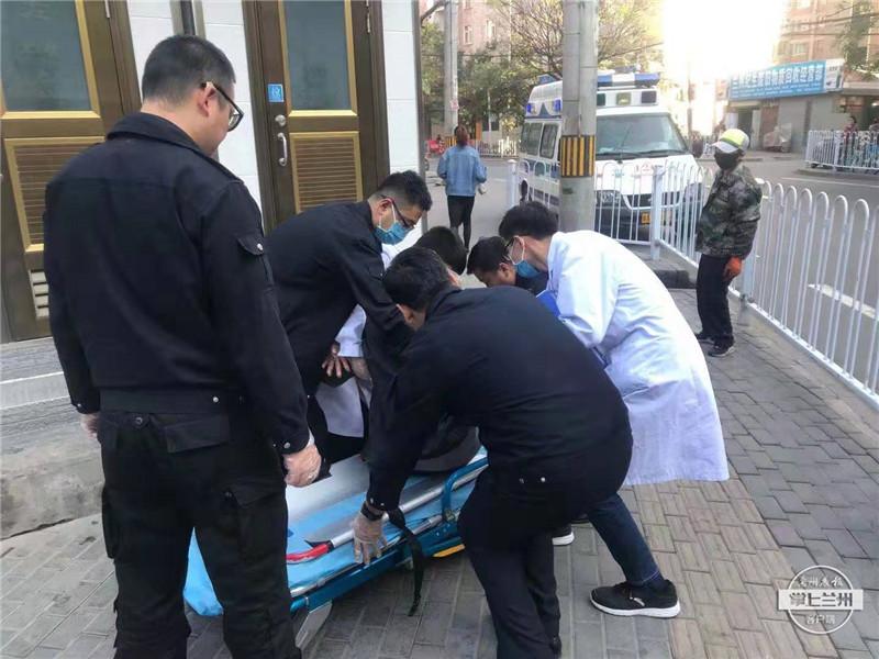赞!巡查途中遇摔倒老人 环卫质监员帮忙送医院