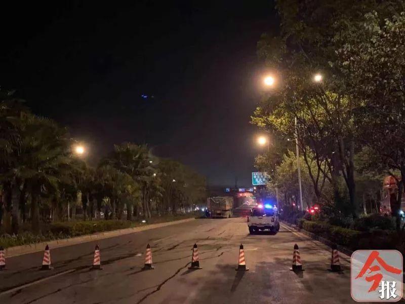 惊心!柳州北外环路四辆大货车连环撞!车头挤扁,司机被困!