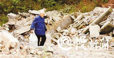 吴定富捡废品卖钱。