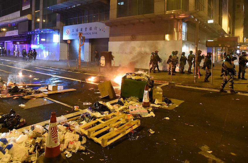 暴徒在旺角弥敦道堵路纵火,并向警车投掷汽油弹。(来源:头条日报)