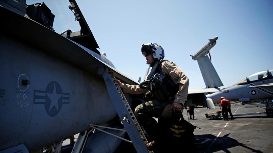 """图为美军""""杜鲁门号""""航母上的飞行员。(路透社)"""