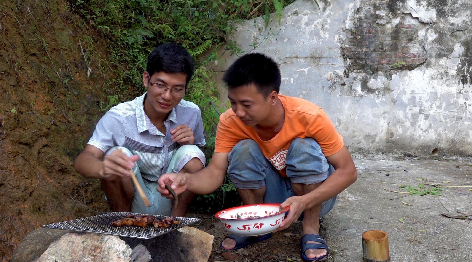 华农兄弟:把池子里的水抽干,看下还有多少鱼,顺便搞几条来烤