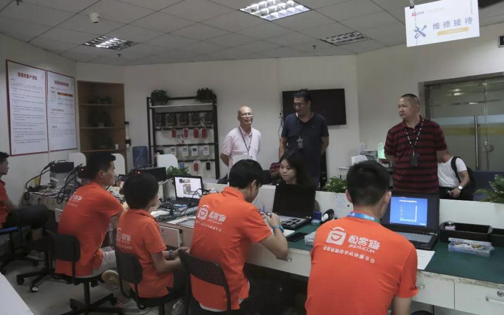 """办案职员正在""""极客建""""一维建欢迎面停止查询拜访处置。深圳市市场监视办理局供图"""
