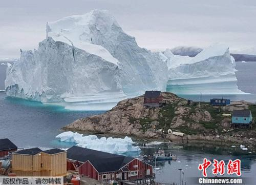 图为7月12日在伊纳苏特岛拍摄到的冰山。