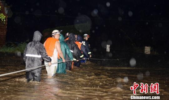 洪水中民众紧急转移。 刘忠俊 摄