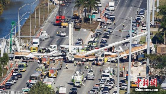 当地时间2018年3月15日,美国佛罗里达州迈阿密市一座过街天桥坍塌,图为事故现场。