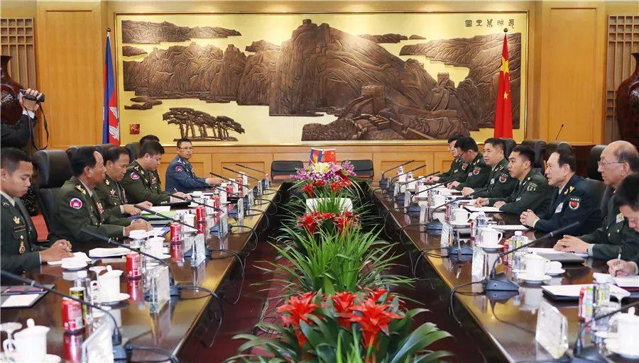 魏凤和与出席第九届北京香山论坛客人会见会谈